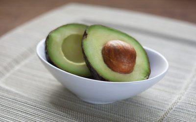 No, ninguna vitamina ni alimento puede combatir ni prevenir la COVID-19