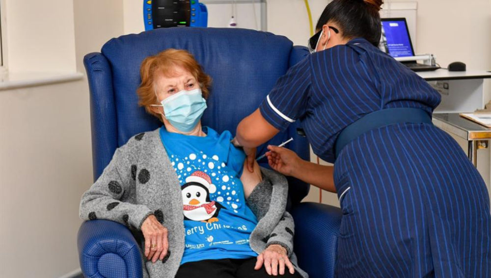 Margaret Keenan recibiendo la vacuna de Pfizer BioNTech