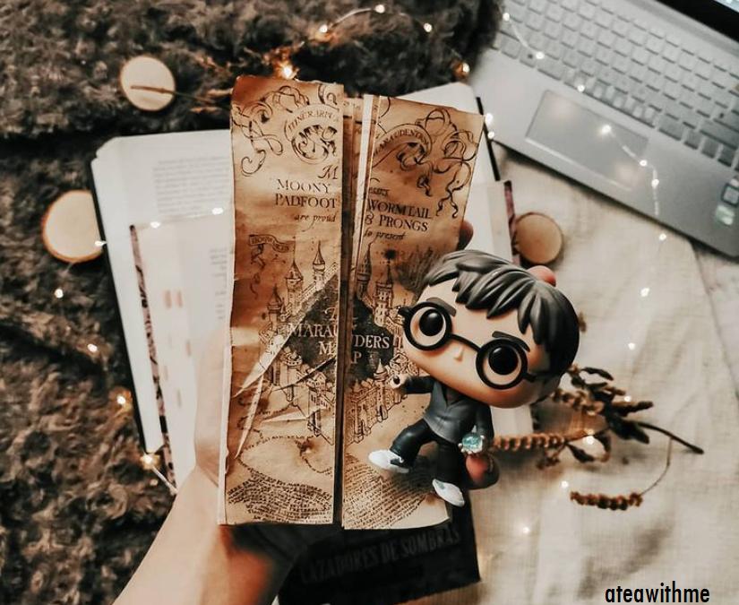 foto donde se ve el mapa del merodeador de Harry Potter y un funko del protagonista.